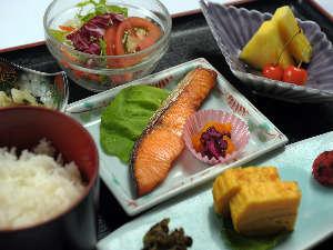 朝食 <和定食>新潟産コシヒカリ100%使用した御飯。御飯はお粥に変更も可能です。