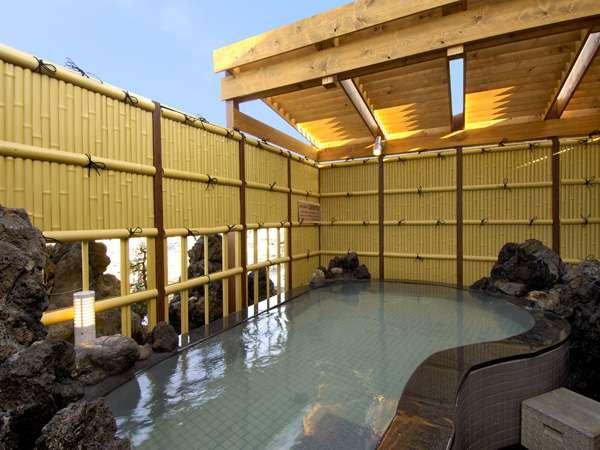 大人気の天然鉱石温泉の露天風呂は眺めも最高。基本営業時間:16時~深夜2時、朝6時~10時迄。