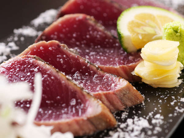 新鮮な鰹を藁で焼いて、そのまま切る。新鮮でないと味わえません。塩タタキは絶品と評されています。