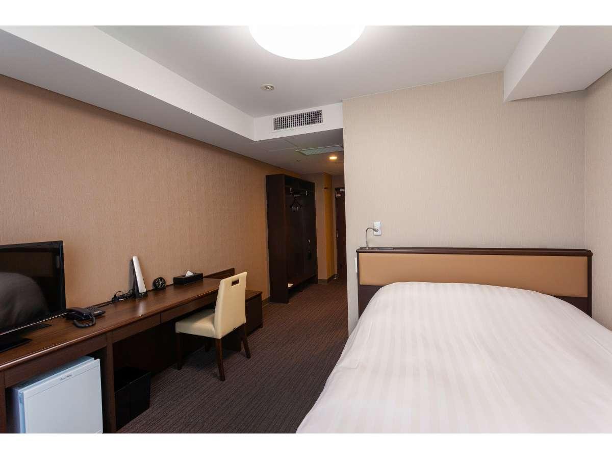 ベッドサイズ140㎝×203㎝ スランバーランド製ベッド使用ロングデスクでお部屋での作業も広々