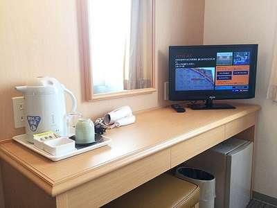 【客室デスク】テレビ、ドライヤー、電気ポット、湯のみ、コップ、お茶