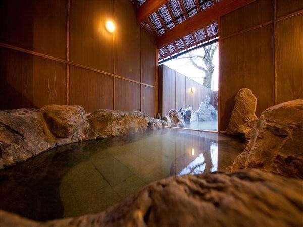 露天風呂は内風呂部分と2層になっています