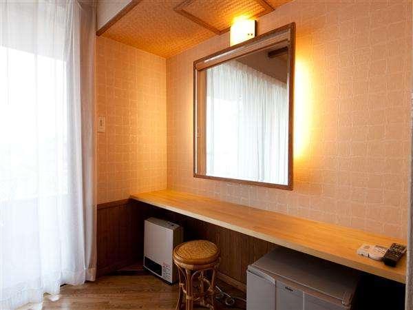 女性に優しい客室の大きな鏡