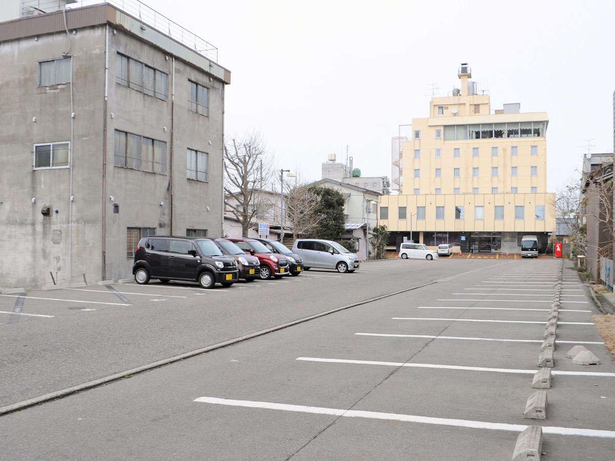 【駐車場】無料の屋外駐車場80台を完備☆