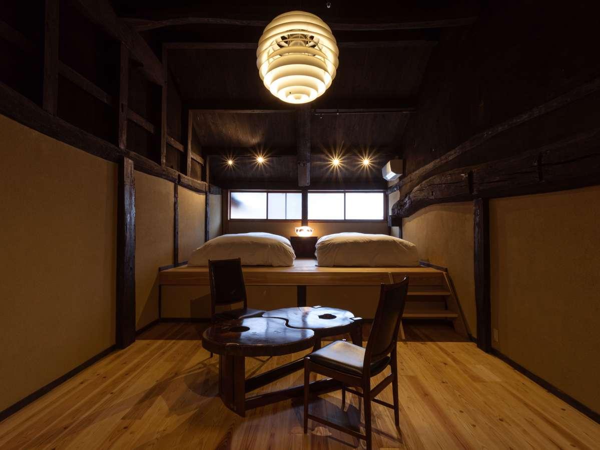 【客室】蔵元(くらもと):1階和室は御成門のある表庭を眺め、広めの2階ベットルームは元納屋部分を改修