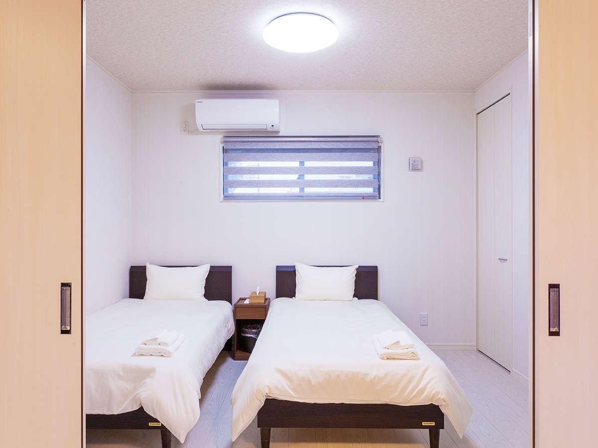各棟毎に寝室は3室。ベッド2・ベッド2・ベッド2+布団1で1棟に7名様宿泊可能、三世代やグループ旅行にも。