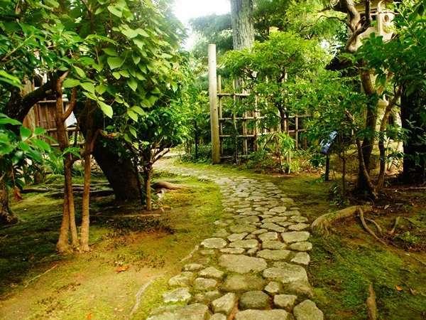 【路地】ゆっくり石畳の小道をご散歩してみてください。