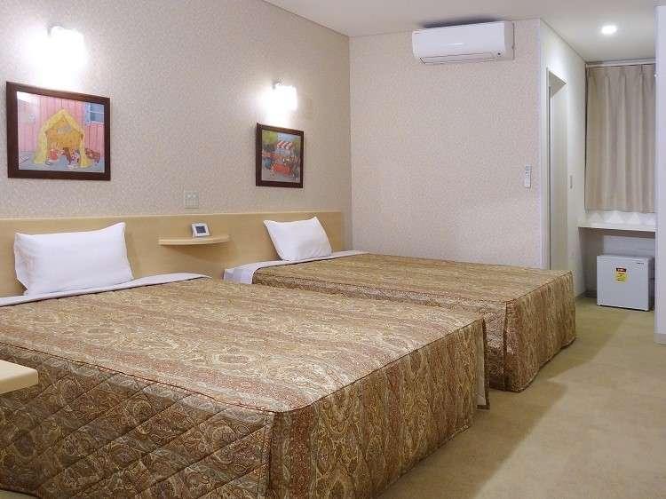 約25㎡の広さに、幅1.5m以上の大型ベッド2台。1名~親子4人まで宿泊可。全室無料ネット接続可。