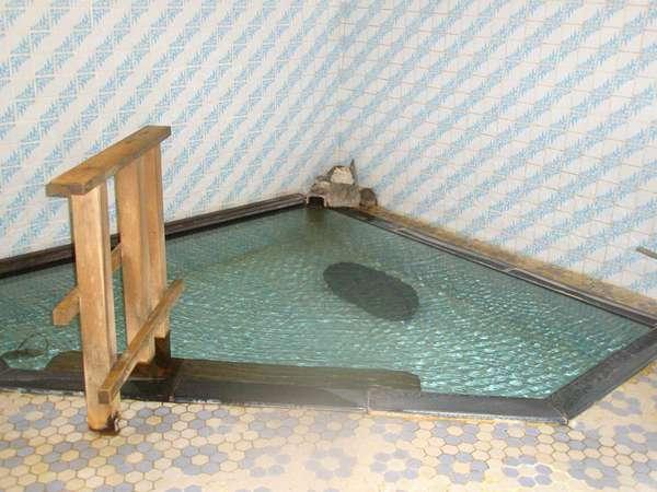 *源泉100%掛け流しの貸切風呂。気兼ねなくゆったりとお寛ぎ頂けます…