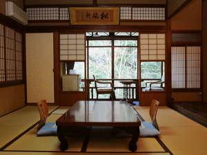 【本館10畳】客室ごとに意匠の異なる職人の粋を集めた建築美を、ぜひ肌で感じてお寛ぎください