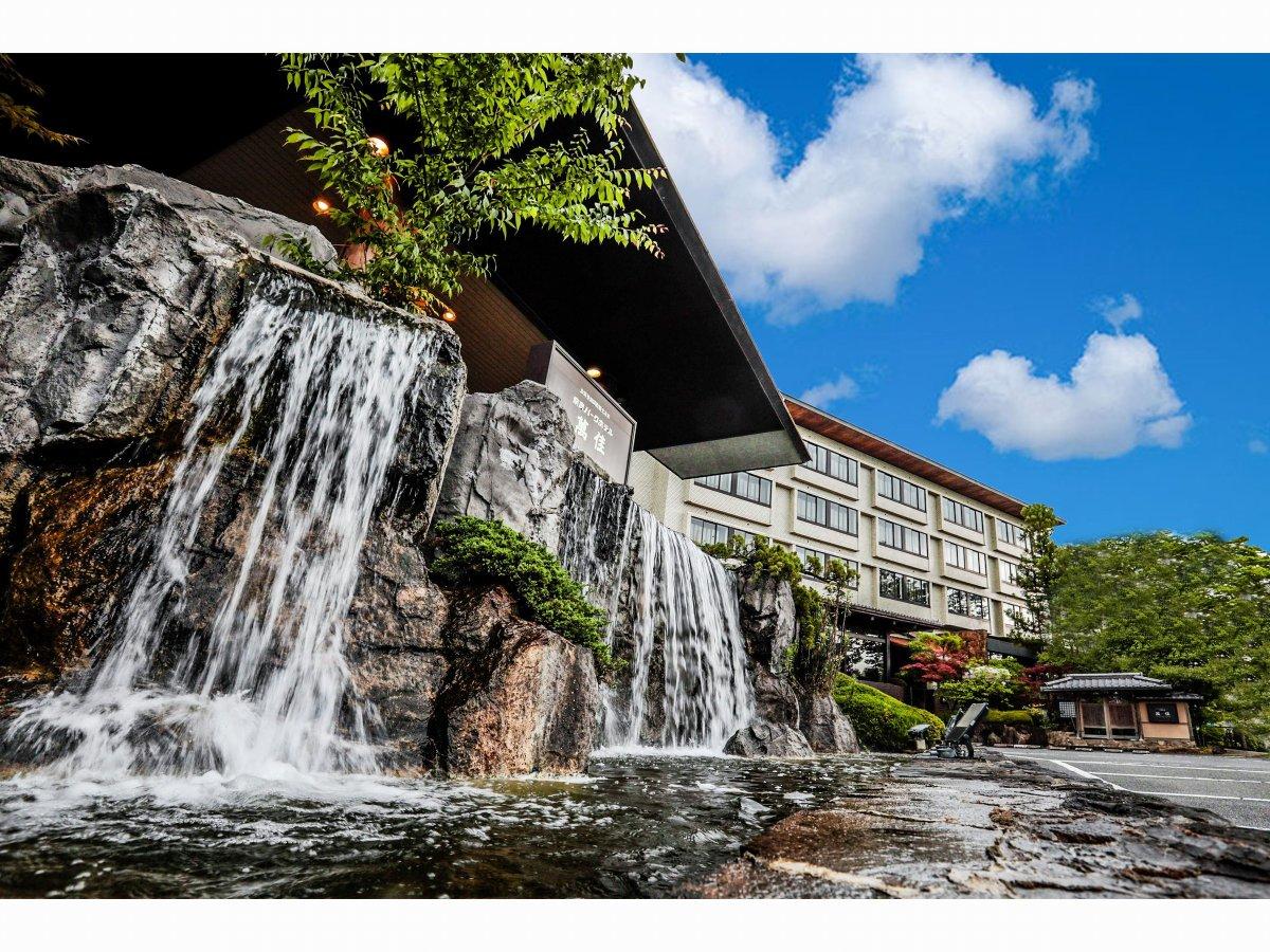 ホテル外観 滝が流れています。