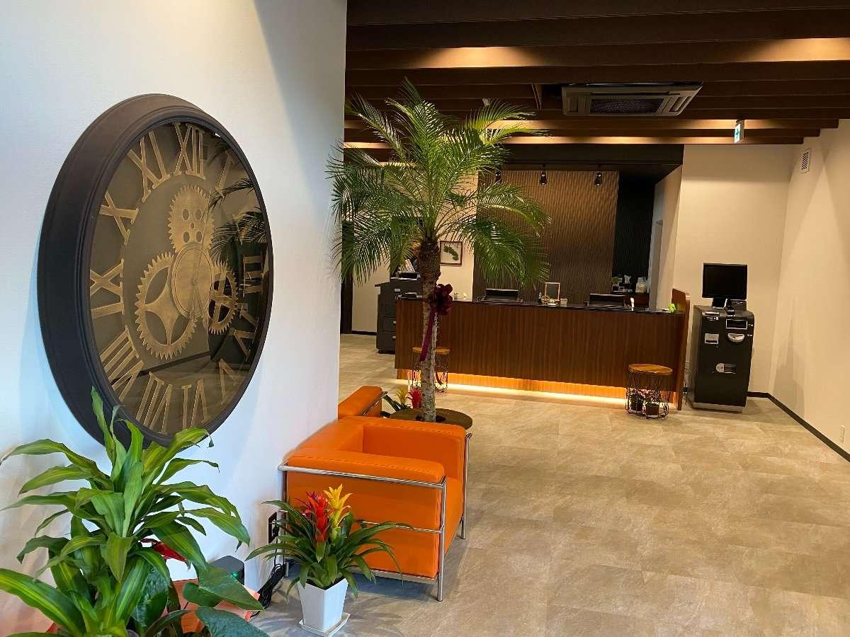 正面玄関に佇む機械仕掛け風の時計がスローな時間を刻みます。