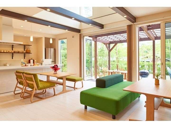 アイランドキッチンが自慢の広々開放感のあるリビングです。大きな窓からはテラスへらくらくアクセス♪