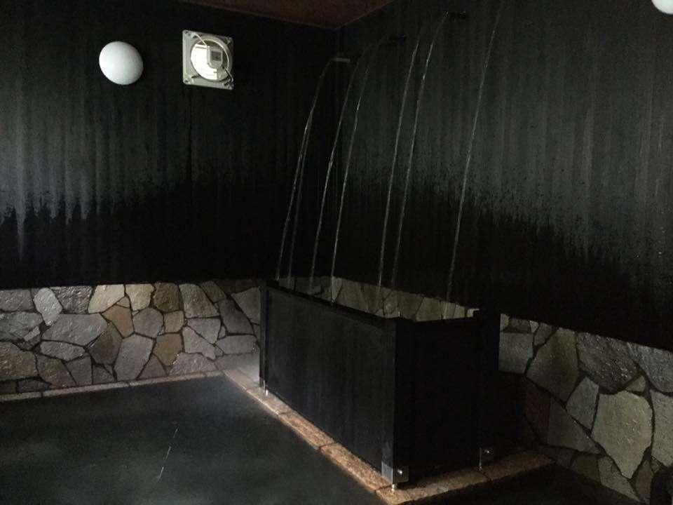 完全復元した豪快な湯量の打たせ湯は当館1番人気!!