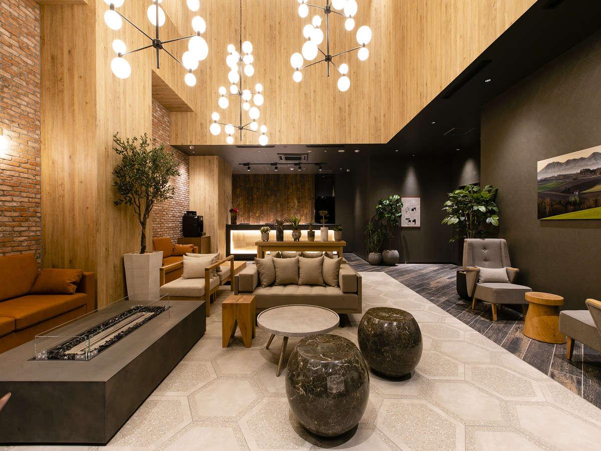 【ロビー・フロント】暖炉や北海道の雰囲気を演出するアートワークが施され、モダンな雰囲気