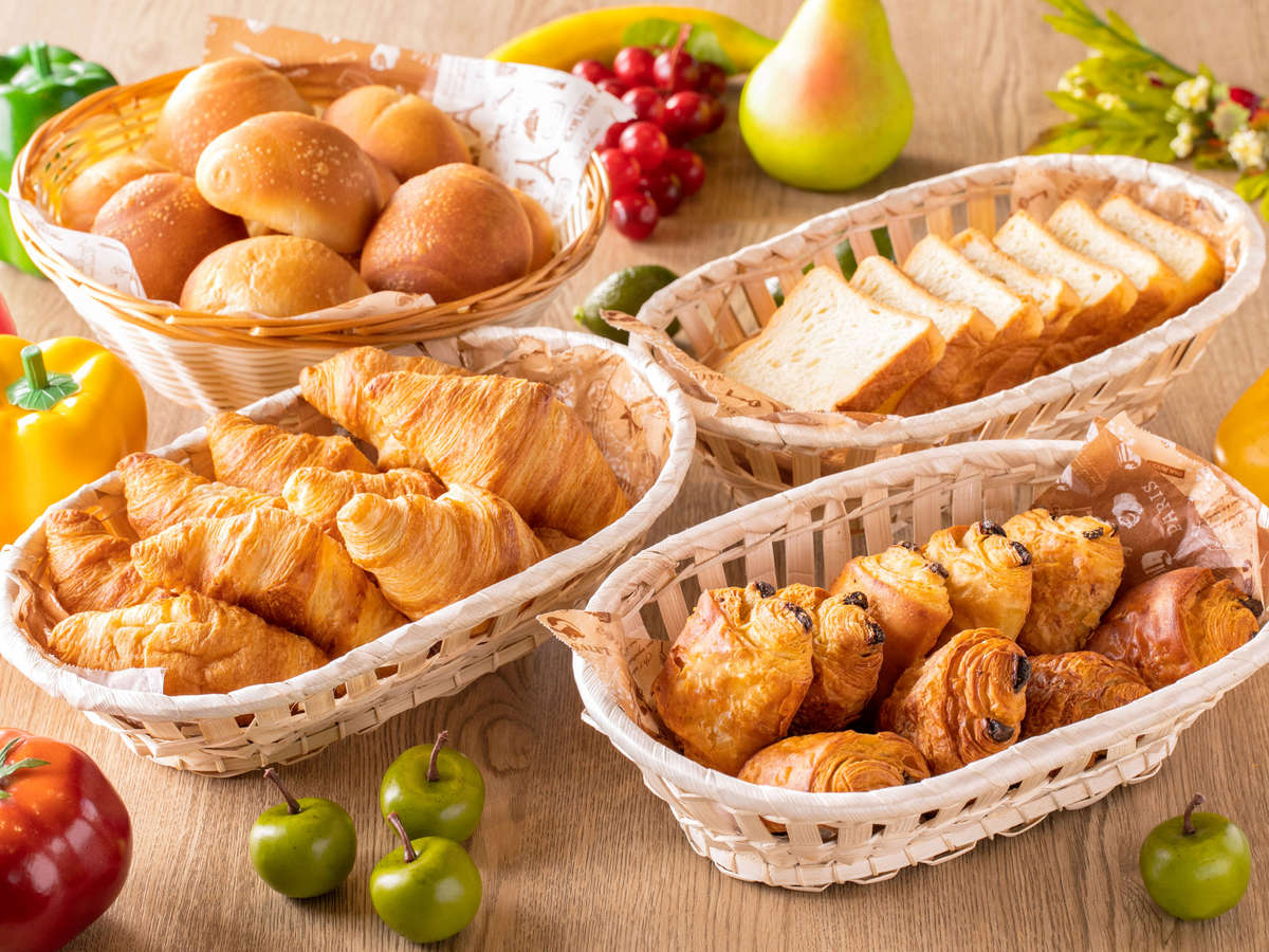 【朝食】焼きたてパン。朝焼き上げるパンはどのお客様にも大好評!(一例)