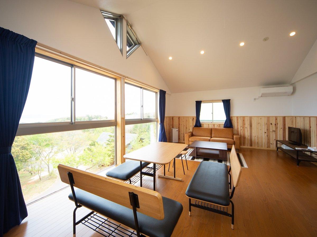 *【レイクビューコテージ】窓が大きいので日当たりがよくさわやかな日差しがお部屋に広がります。