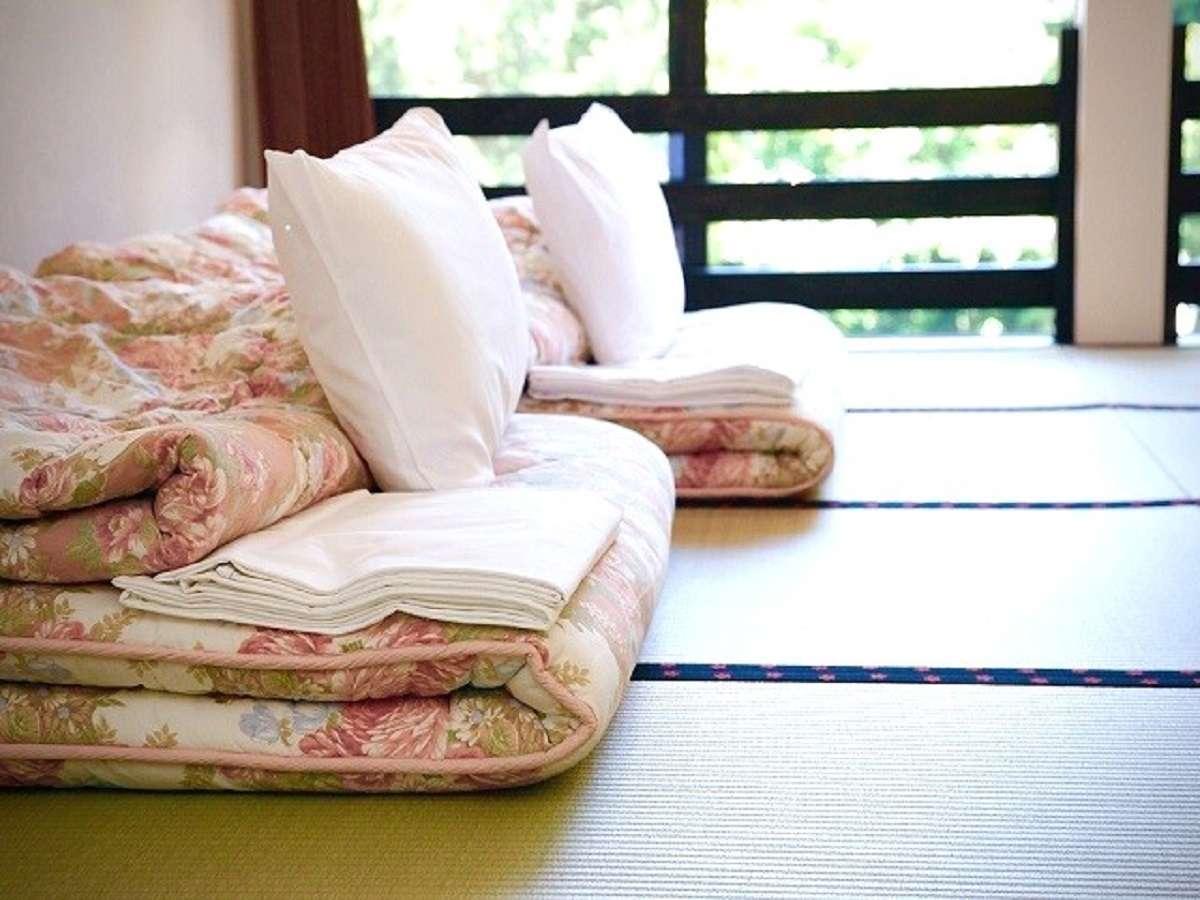 畳敷きのお布団のお部屋です。2階客室の窓から清流庄川が一望できます。