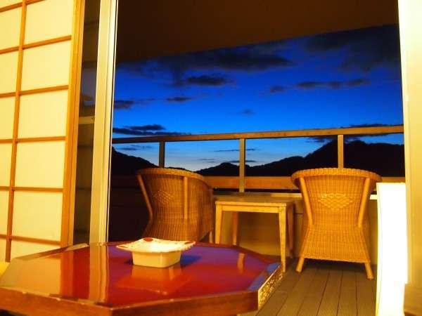 高台からの眺め◎。露天付客室(一例)