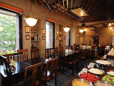 レストランバイプレーン朝食風景 選べる4種類の定食に加えサラダ等充実のビュッフェコーナーも!