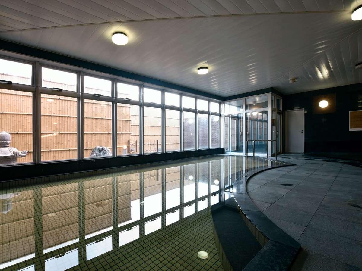 【大浴場】ナトリウム泉が身体を芯からポカポカ温めてくれます。