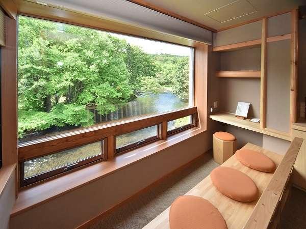 ●客室●窓は手の届きそうな自然との境界線、客室は自然の奏でる音色と舞を楽しむ貴賓席。