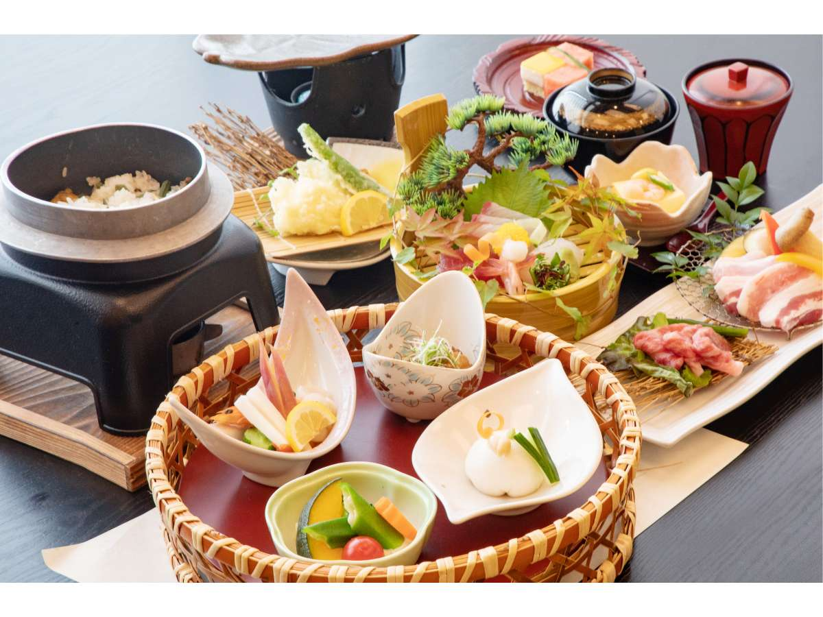 【お料理】地域を知り尽くした料理長が厳選した海の幸を中心とした様々会席料理をお楽しみください♪