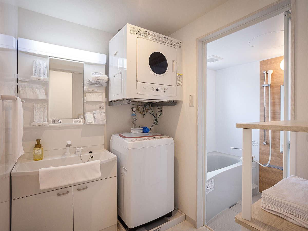 独立したバスルームとトイレ、明るい洗面台横には洗濯機・ガス乾燥機を備えます。キッチン付き。