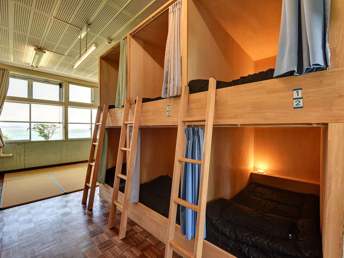 *【5年1組/2組】最大9名までご利用いただけるボックス式2段ベッドのお部屋。