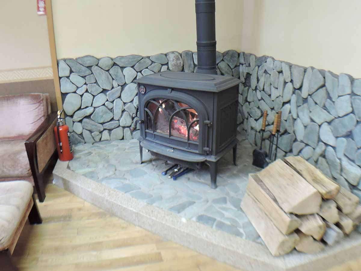*【1階暖炉付ホール】暖かい炎が旅人を迎えます