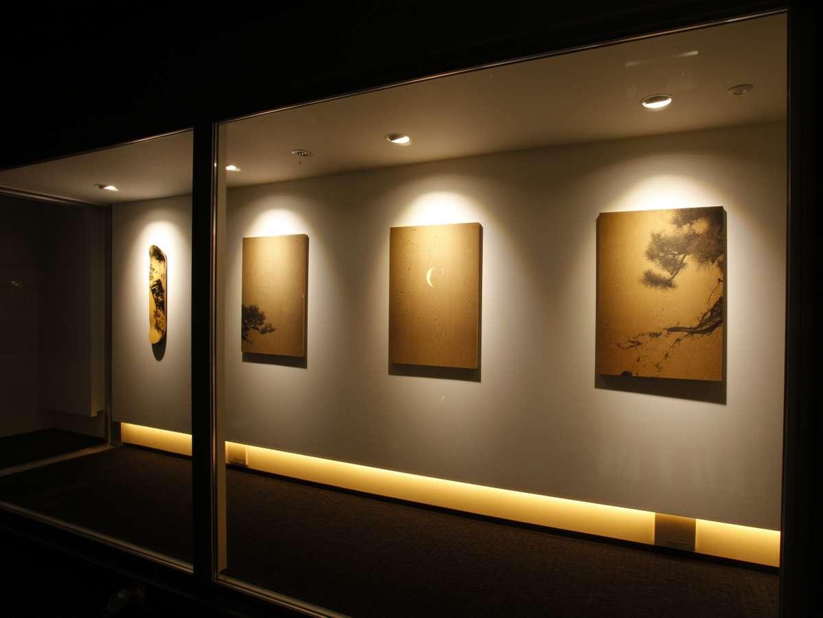 アトリエスイート 64㎡ ベッドルームへつづく廊下には川上シュンさんのアートがずらり。