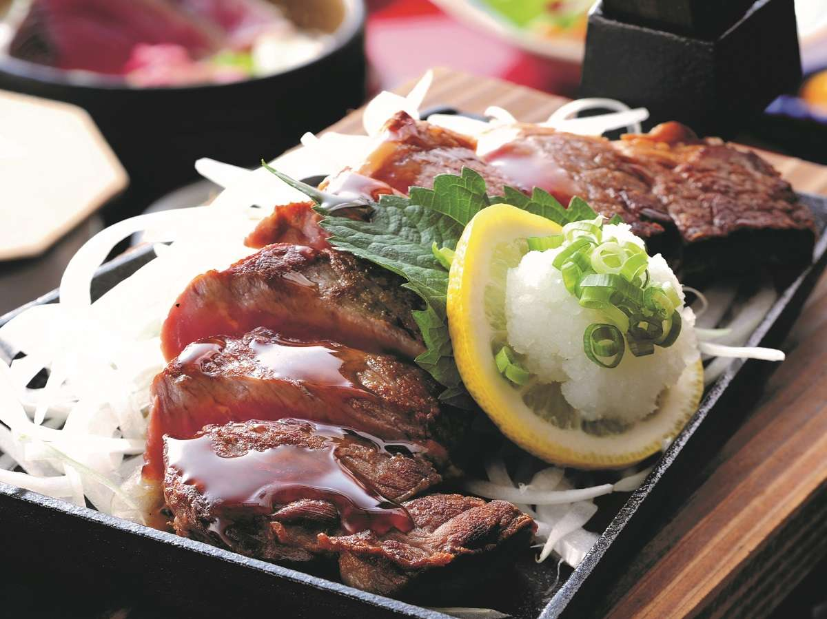 カツオのたたきもお肉も よくばりにいただく くわやき和ステーキ膳プラン