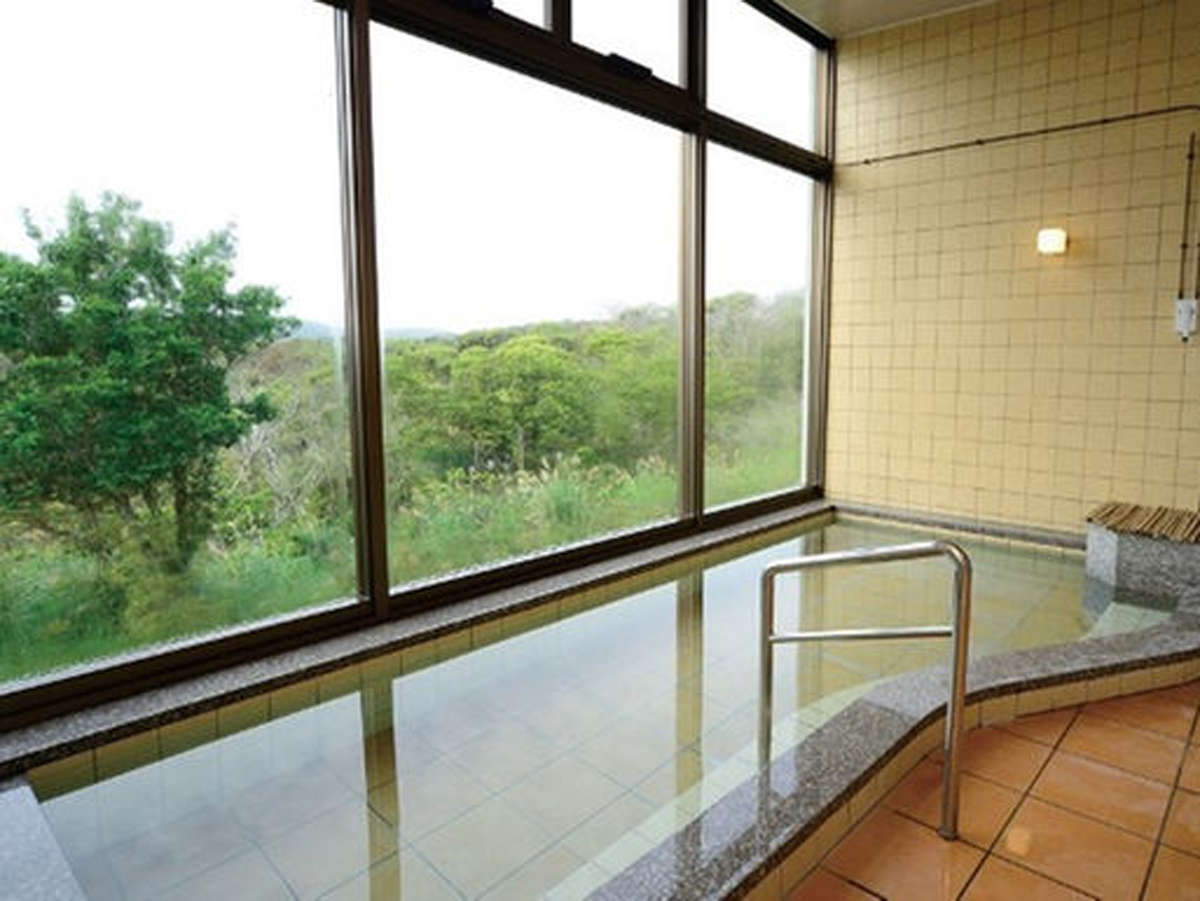 *【風呂】大きな窓の外には森の風景♪広い湯船で身体の疲れを癒してください。