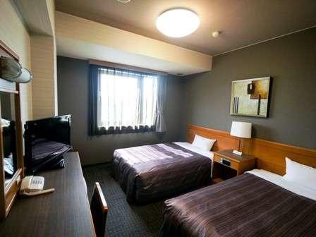 【ツインルーム】改装しシックな雰囲気のベットカバーのお部屋です!全ての客室でWOWOW視聴可能!