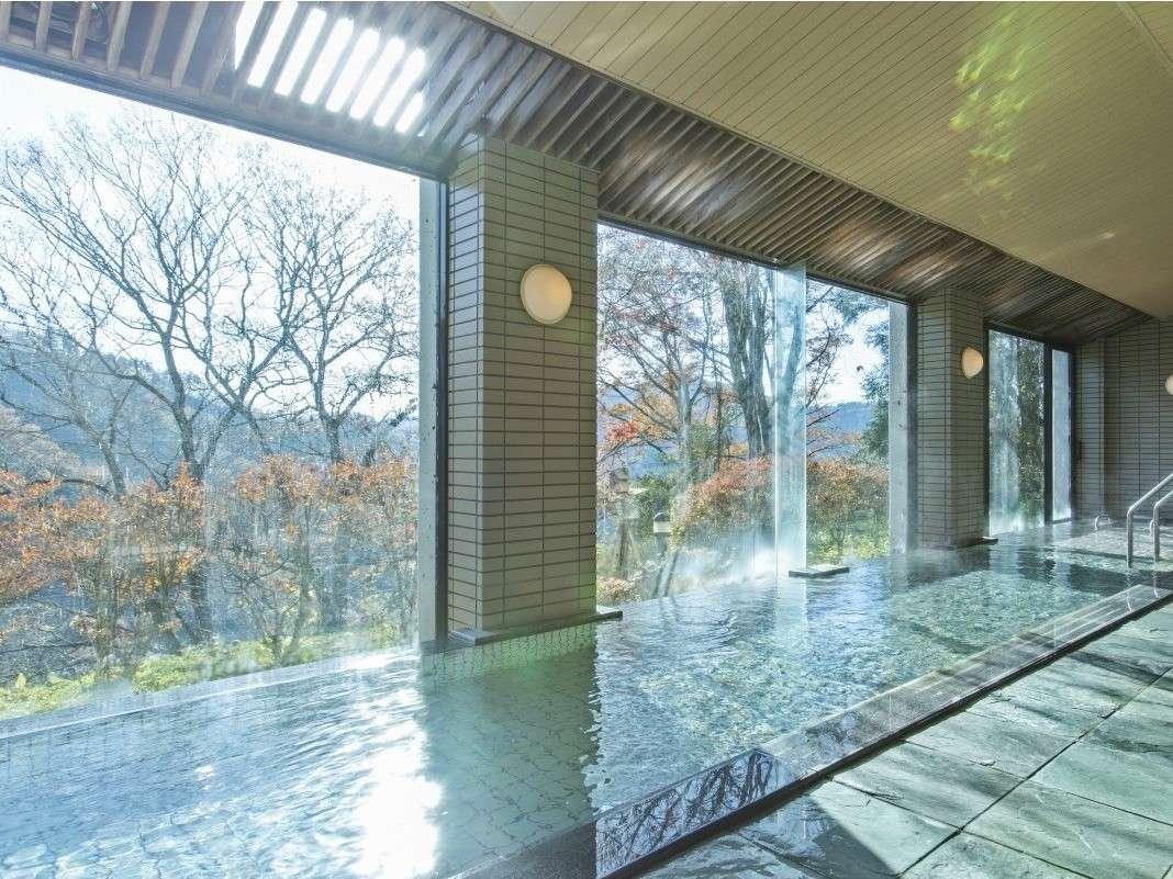 天空に浮かぶかのような大浴場からは山里の風景を楽しめます