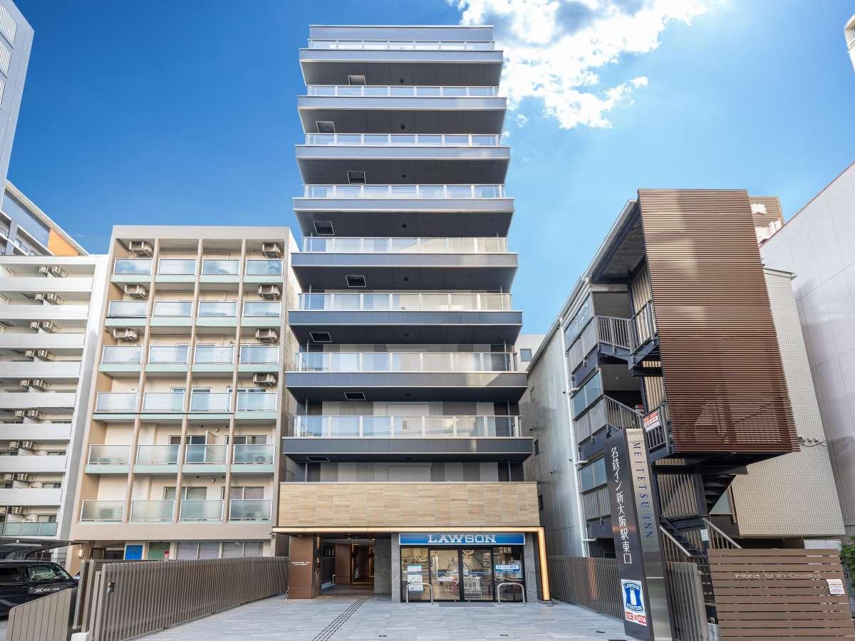 JR新大阪駅東口から徒歩約3分。1階にコンビニ有り。