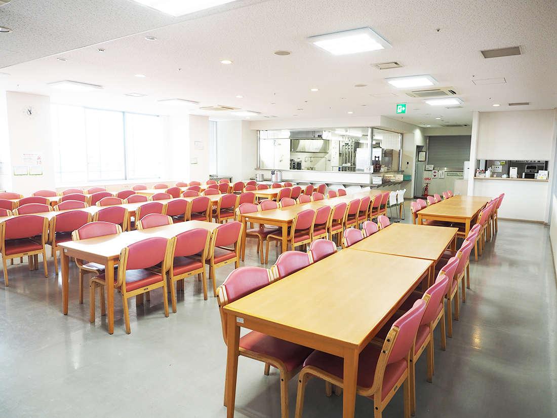10階には食堂がございます。キッチンもございますので、食材を持ち込み料理も可能です。