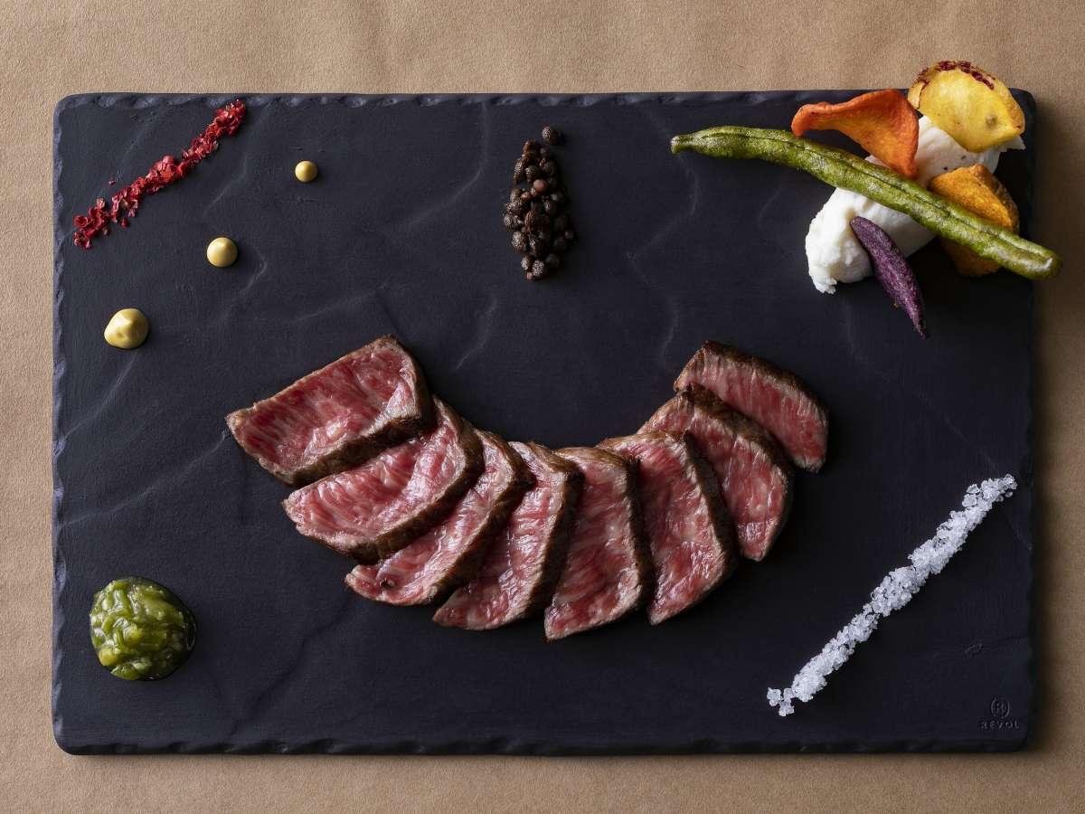 ひとつひとつ丁寧に焼いた高千穂牛ステーキは口に含むとじゅわぁ~っと旨みが口の中に広がります。