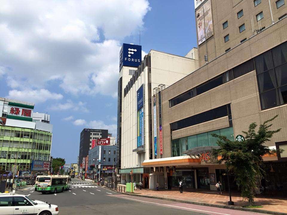◆道案内④◆左に目を向けると当館(黒い建物)がすぐ見えます♪