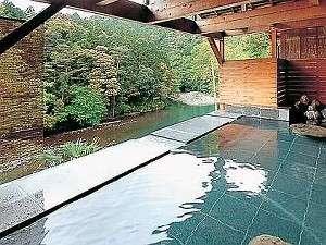 【絶景露天風呂】とろりとした泉質で、湯冷めがしにくいと、お客様に好評です。