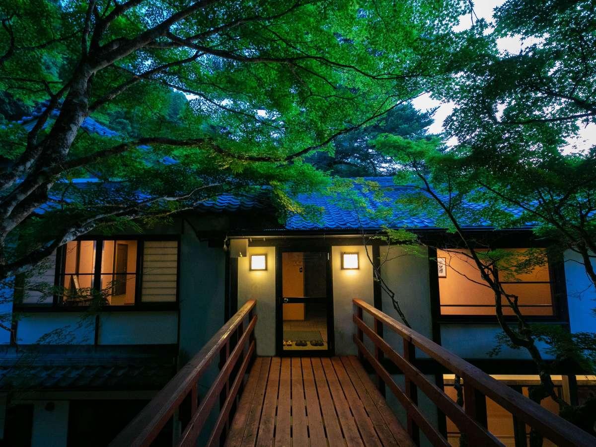 渡橋、秋には紅葉、初夏には新緑が、一年中見事な苔を見ることもできます。