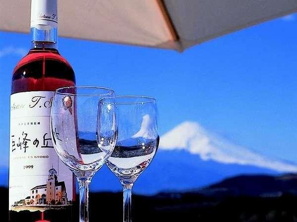 ワイナリーからの富士山。オリジナルワインなど種類豊富に取り揃えています