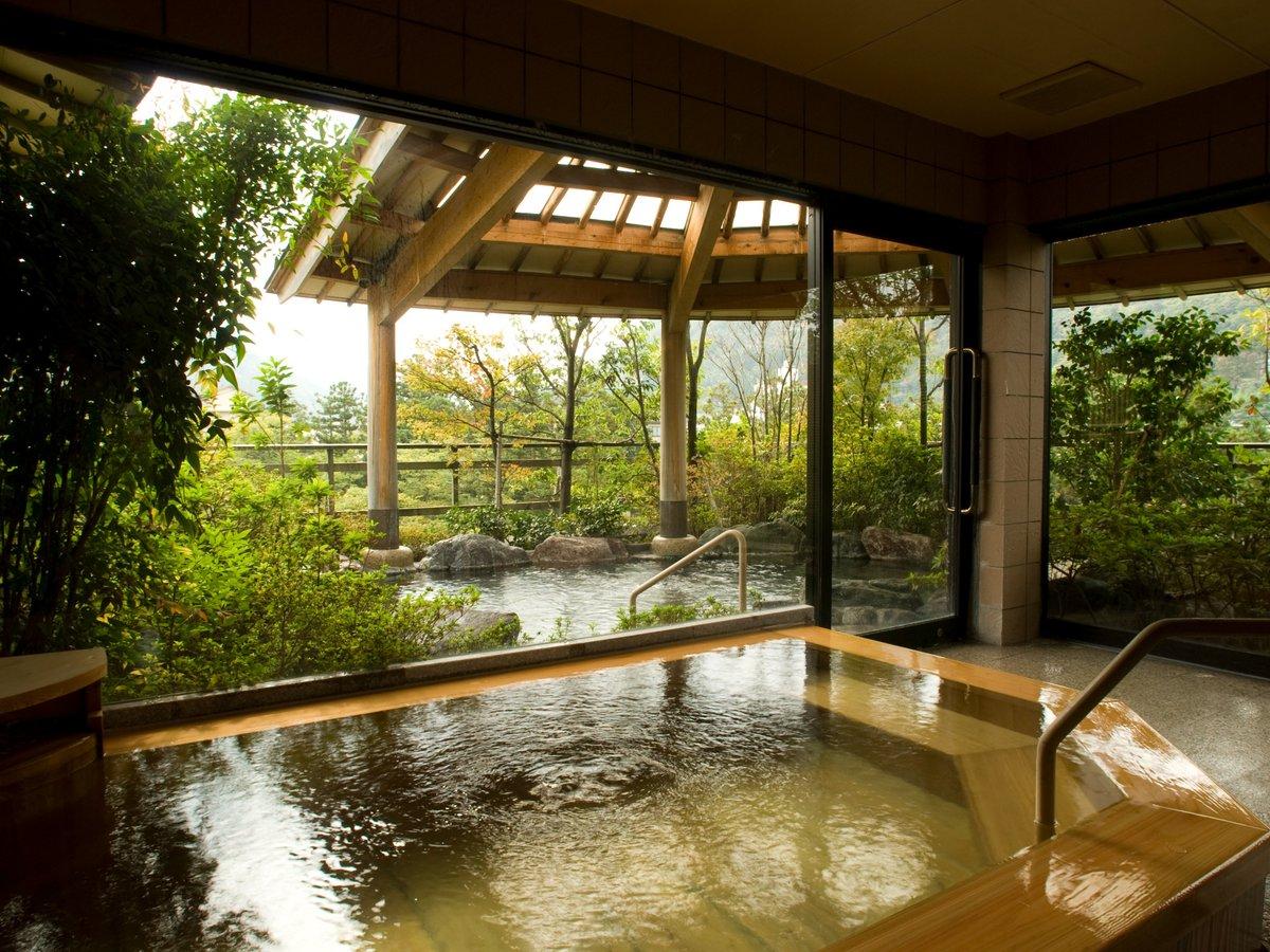 最上階に設えた渓谷を望む絶景の展望露天風呂