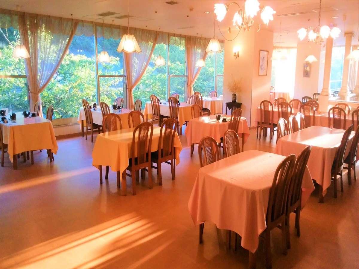 【朝食会場】心地よい朝日が差し込むレストランにてご朝食をお楽しみください。