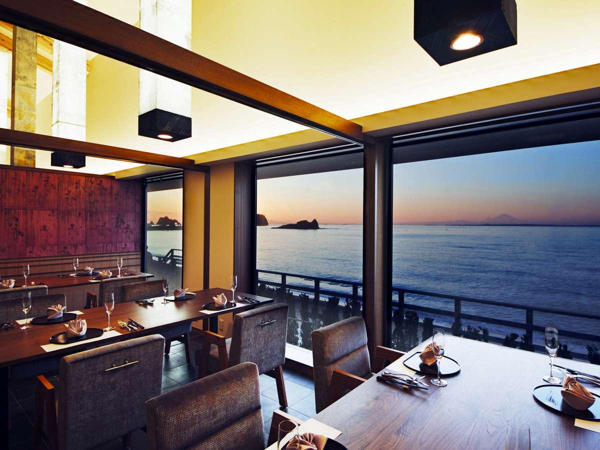 お食事は朝夕共に、オーシャンビューを望む個室のレストランにてご賞味