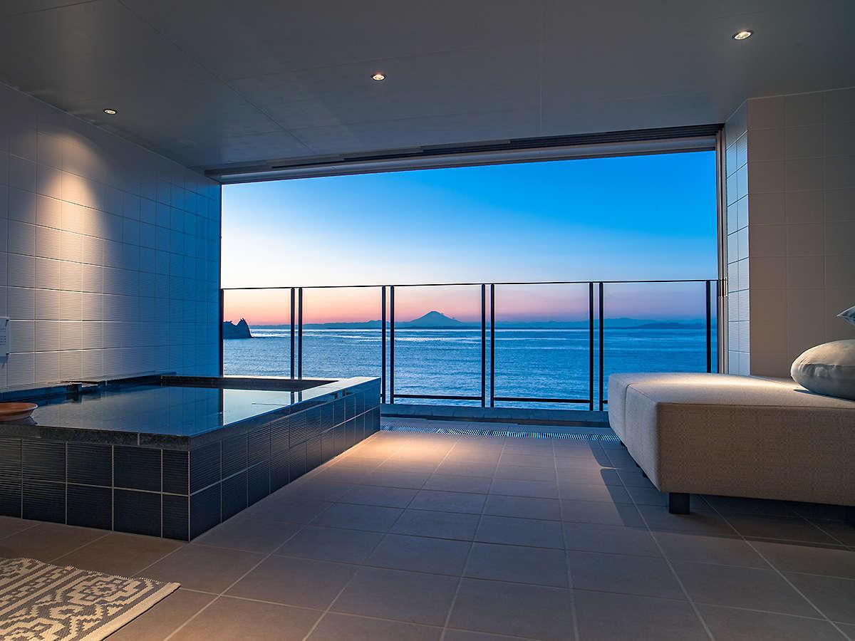 東京湾と富士山を望む露天風呂付オーシャンビューのお部屋
