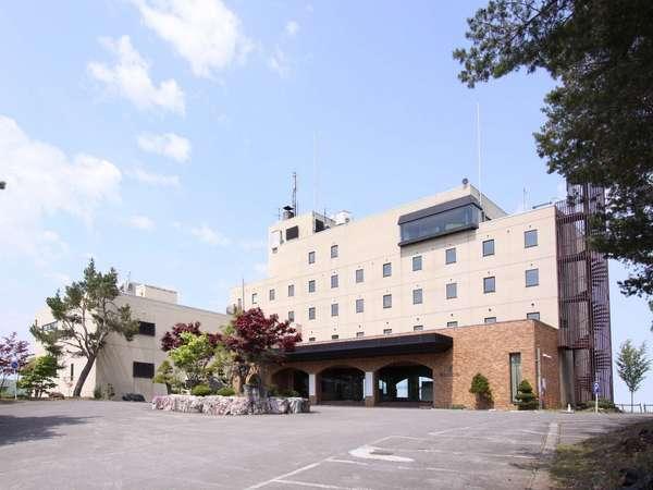 【山に囲まれた、高台に建つ歴史のあるホテルです】