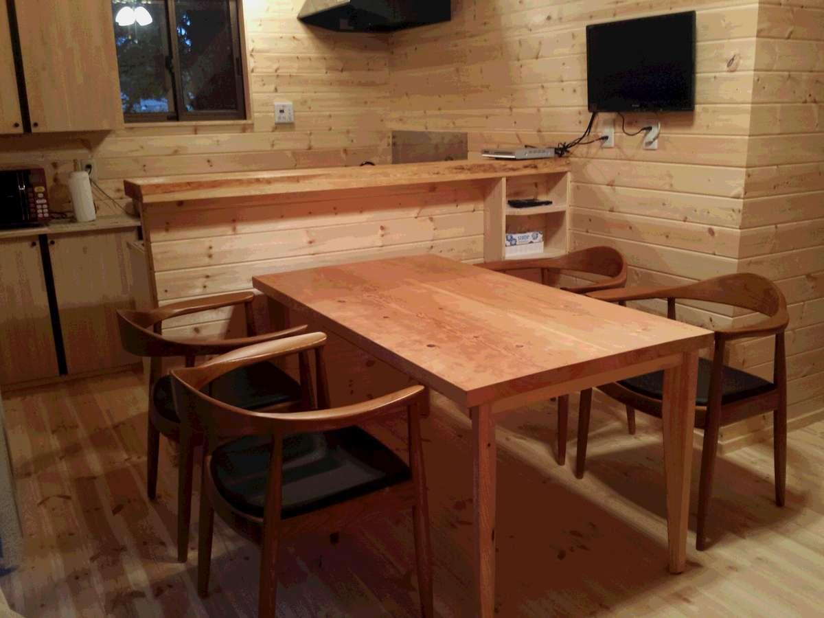 ダイニングセットは大きな無垢のテーブルと座り心地の良いチェアです。