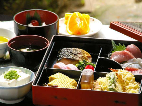 ★ご夕食例★お造り・焼き魚・天麩羅・お豆腐など、なじみのお店から仕出しの松花堂弁当。