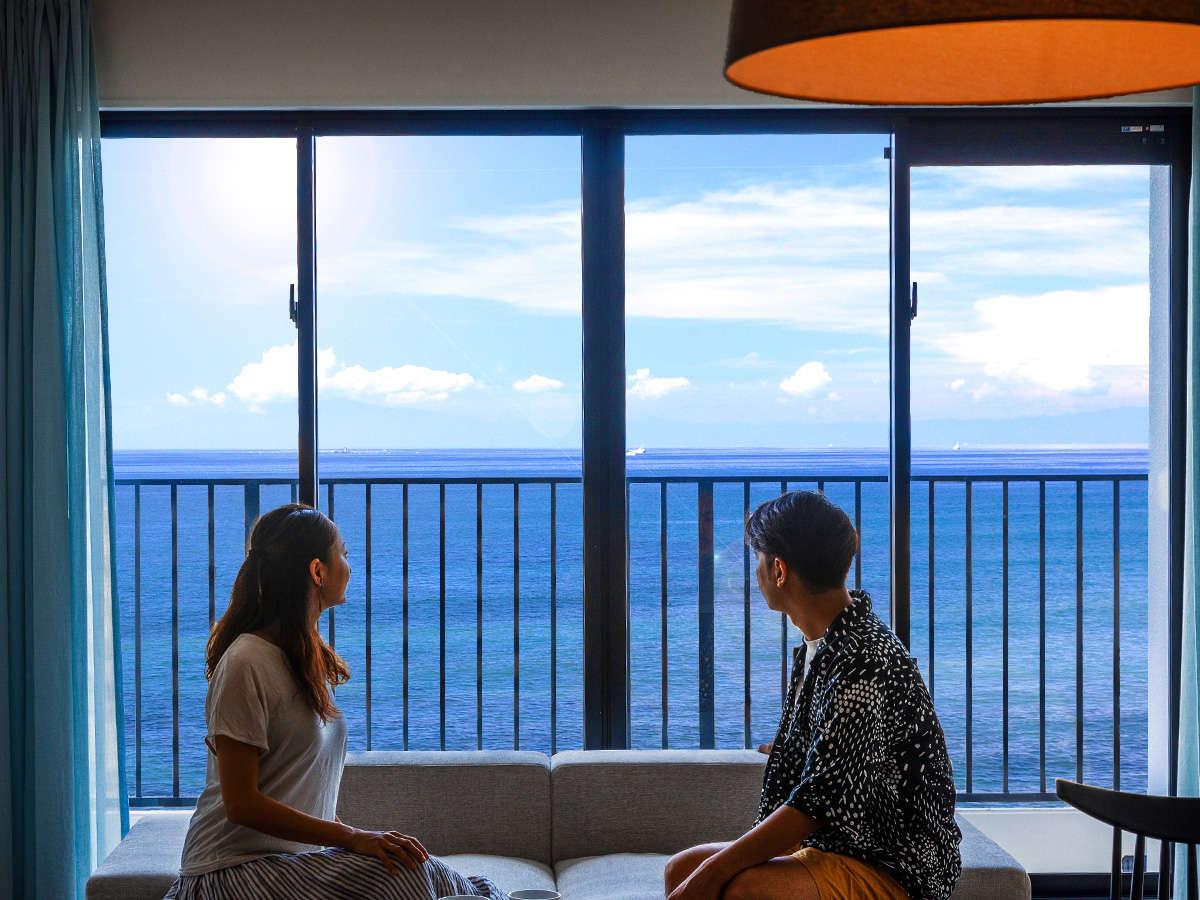 """【絶景】大窓からは沖縄の""""青い海""""、""""青い空""""が見渡せます。"""